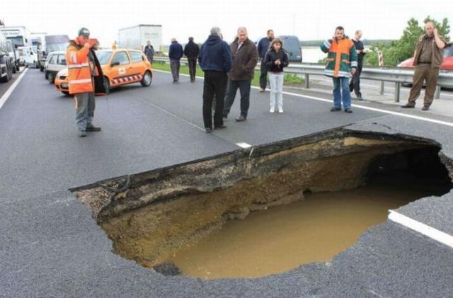 В центре Киева образовались метровые ямы