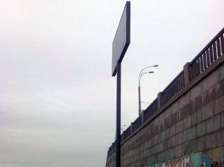 В Киеве рекламный щит перегородил дорогу пешеходам
