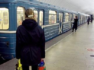 Пострадавшую в метро 27-летнюю женщину госпитализировали