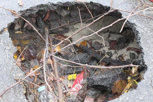 В Голосеевском районе рушится асфальт