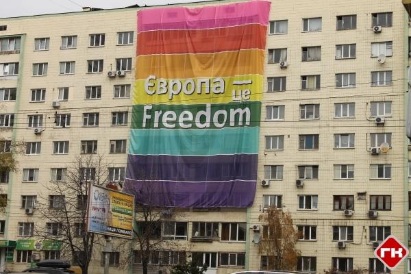 На проспекте Победы неизвестные закрыли балконы дома рекламным плакатом