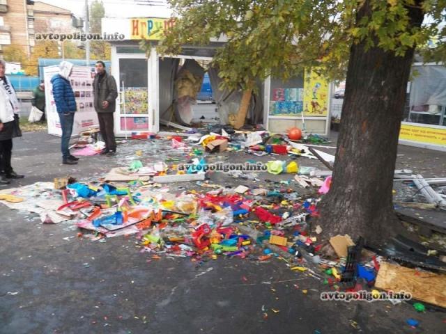 На Ленинградской площади иномарка уничтожила ларек с детскими игрушками
