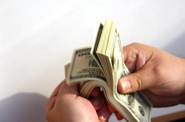 Налоговик попался на взятке $2500