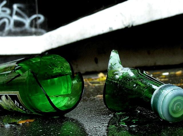 """Работников """"Киевводоканала"""" забросали бутылками"""
