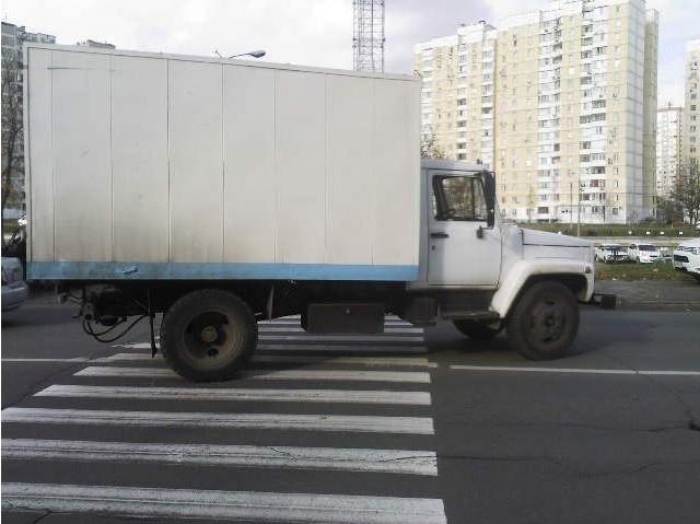 На Троещине грузовик сбил женщину, перебегавшую дорогу