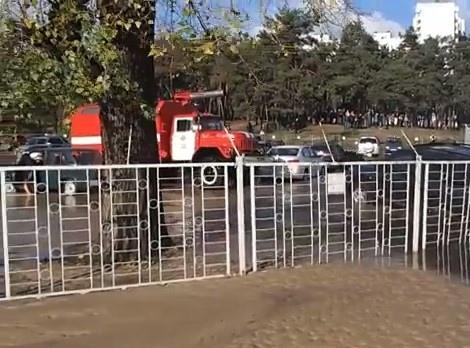 В Киеве лопнули трубы и три машины ушли под землю
