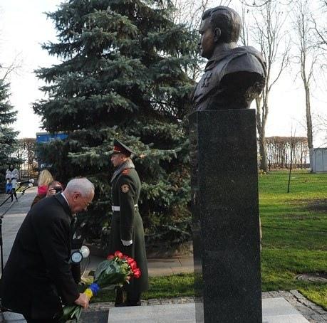 Азаров открыл в Киеве два новых бюста в парке Вечной Славы