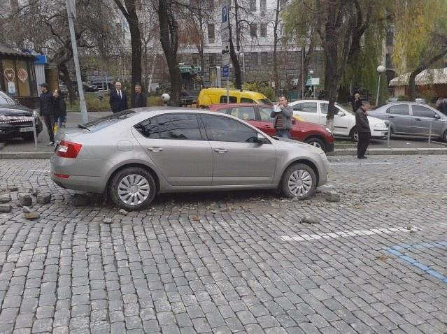 В центре Киева из-под земли вырвался столп горячей воды