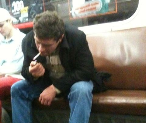 Пассажиры киевского метро курят прямо в вагонах
