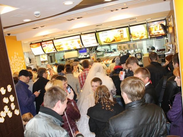 Киевляне стали отмечать свадьбы гамбургером и кока-колой