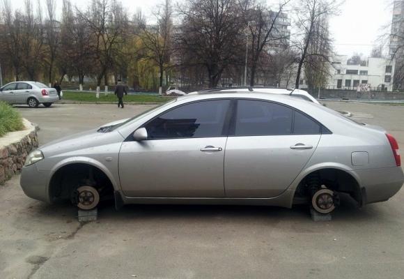 На Виноградаре не менее полтора десятка машин лишились колес