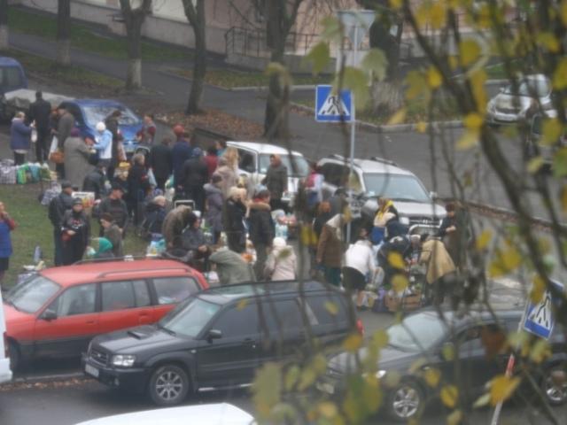 В Киеве под окнами жилого дома разделывают мясные туши
