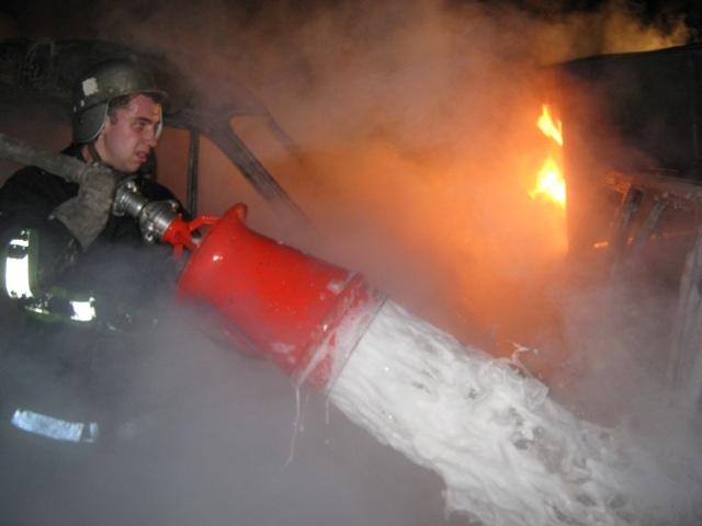 В Днепровском районе ночью сгорели 10 автомобилей