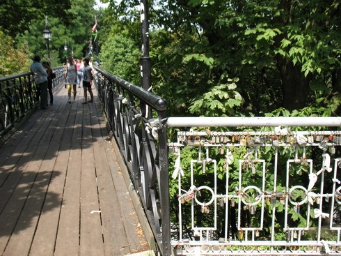 С Моста влюбленных в Киеве прыгнул пожилой мужчина