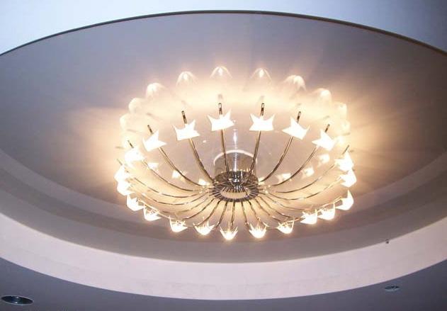 Для натяжных потолков идеально подойдут светильники lustra-style