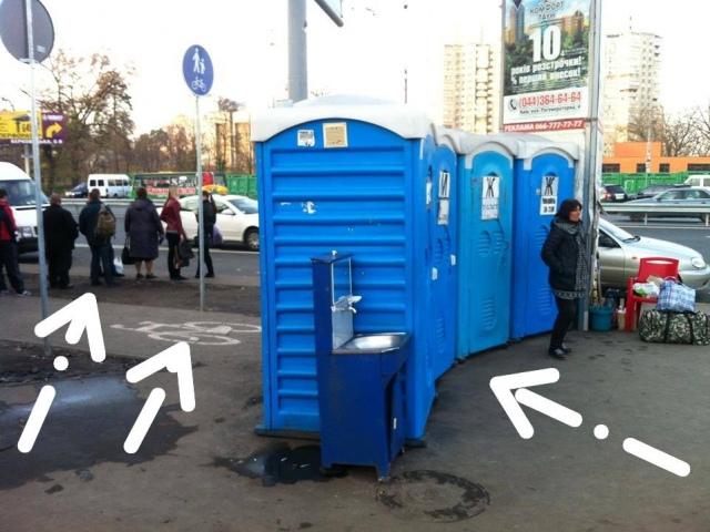 Киевлянин добился демонтажа мобильных сортиров возле метро