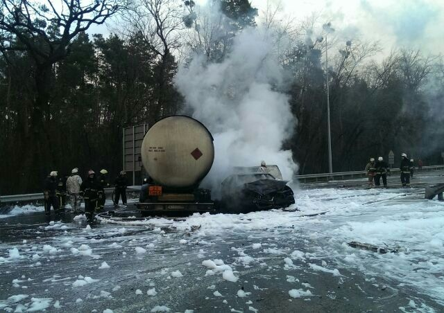 На Брест-Литовском шоссе в аварию попал бензовоз