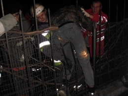 Решив перелезть через забор, мужчина напоролся на прутья