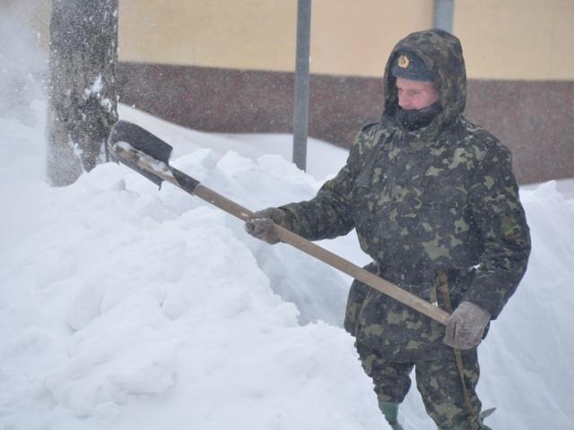 Власти заявляют, что в Киеве со снегом готовы бороться 667 единиц спецтехники