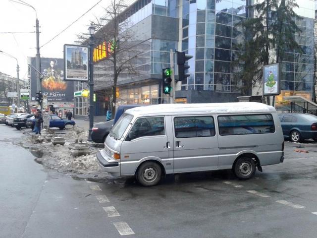 Киевские водители паркуются уже даже на пешеходных переходах