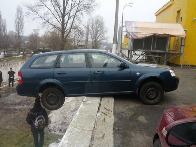 В Киеве горе-водитель припарковался над обрывом