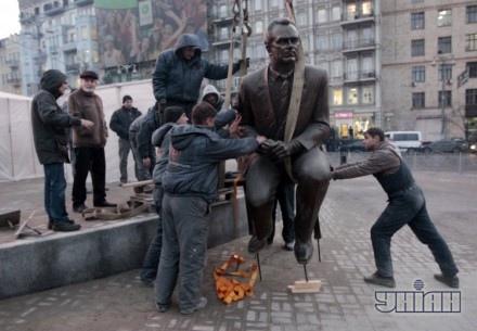 В Киеве перенесли памятник Валерию Лобановскому