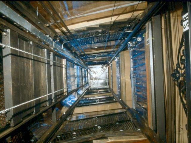 В шахте лифта недостроенного дома погиб мужчина