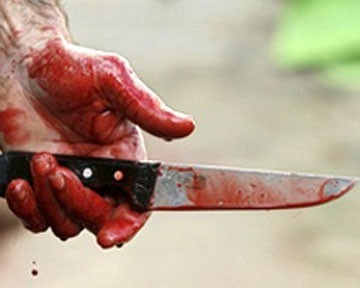 На Майдане мужчина ранил себя ножом