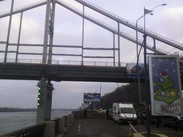 В Киеве с Пешеходного моста разбился насмерть мужчина