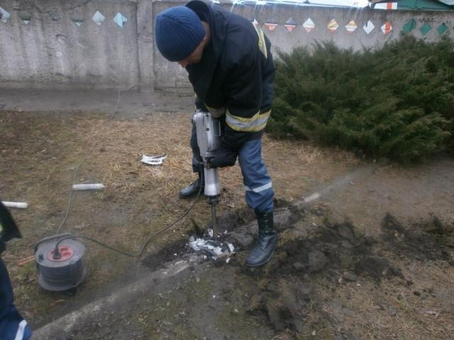 Спасатели вызволили щенка из бетонной ловушки