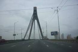 Пьяный мужчина обманул киевских врачей, застряв на мосту
