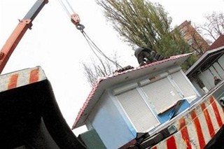 Лесной массив в Святошинском районе освободили от автомобильных МАФов