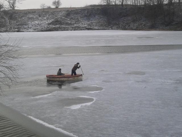 Жертва зимней рыбалки под Киевом: тонкий лед не выдержал веса рыбака
