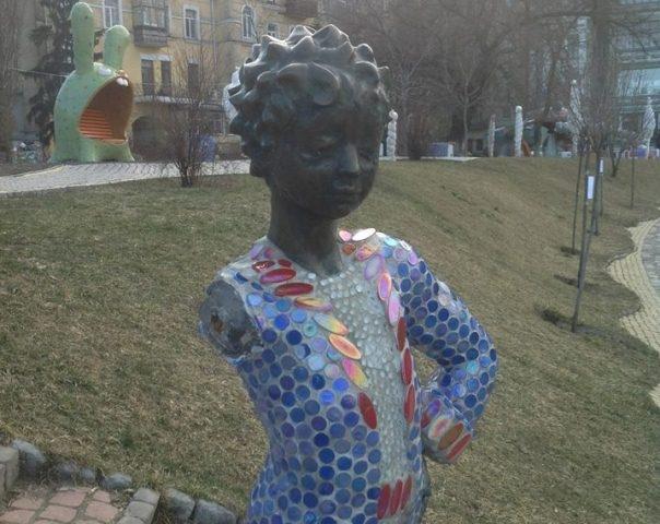 """Вандалы """"отрубили"""" руку Маленькому принцу на Пейзажной аллее в Киеве"""