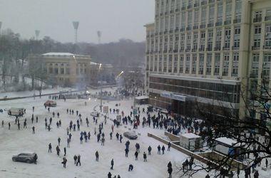 В центре Киева люди покидают офисные здания