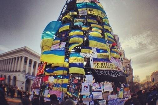 На майдановской елке в Киеве повесился 55-летний мужчина