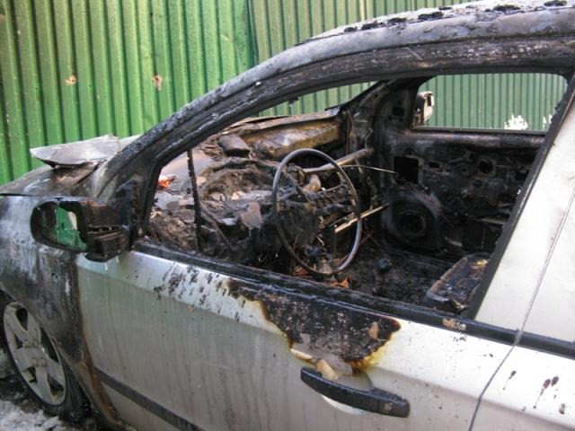 Инспекторы ГАИ стали пожарными и тушили горящие автомобили
