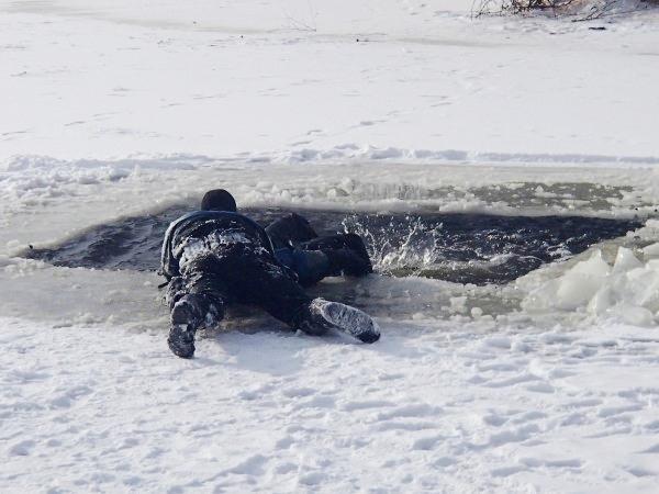 Киевские спасатели объяснили, как вести себя на льду