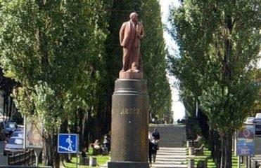 На месте Ленина киевляне хотят видеть меценатов, фонтан или клумбу