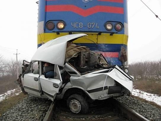 Грузовой поезд протаранил легковой автомобиль. Водитель погиб