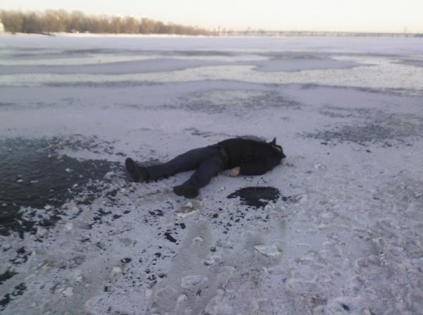 Мужчина разбился об лед, прыгнув со столичного моста
