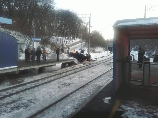 В Киеве на переезде городской электрички под горку застрял внедорожник