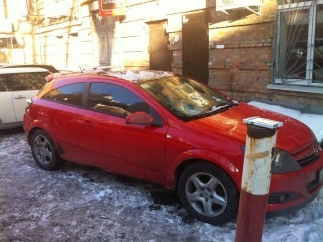 В центре Киева на автомобиль упала ледяная глыба