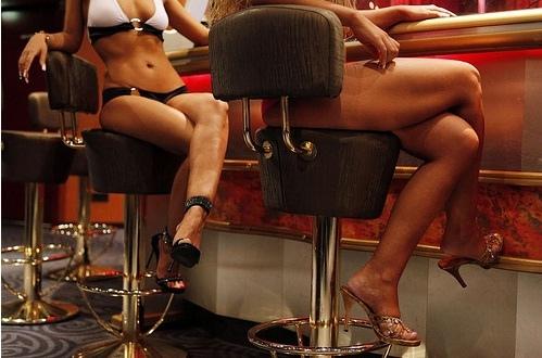 """На Киевщине посетители кафе занимались """"любовью"""" прямо на столах"""