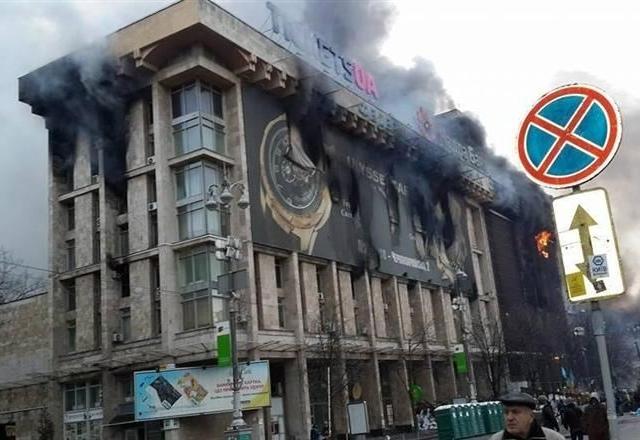 На Майдане может рухнуть выгорающий Дом профсоюзов