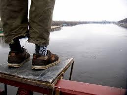 С пешеходного моста в Киеве в Днепр прыгнул и погиб мужчина