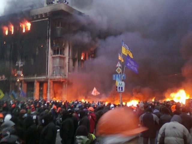 Дом профсоюзов на Майдане сгорел дотла