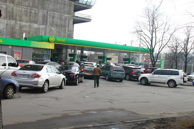 Коллапс на АЗС: киевские водители часами пытаются заправиться