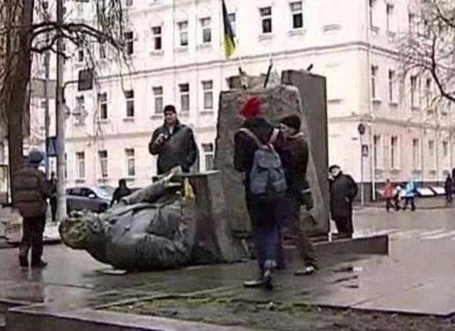 """В Киеве """"свергли"""" памятнику советскому деятелю Мануильскому"""