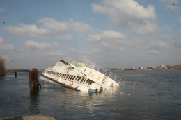 На Днепре перевернулось судно с утечкой дизельного топлива